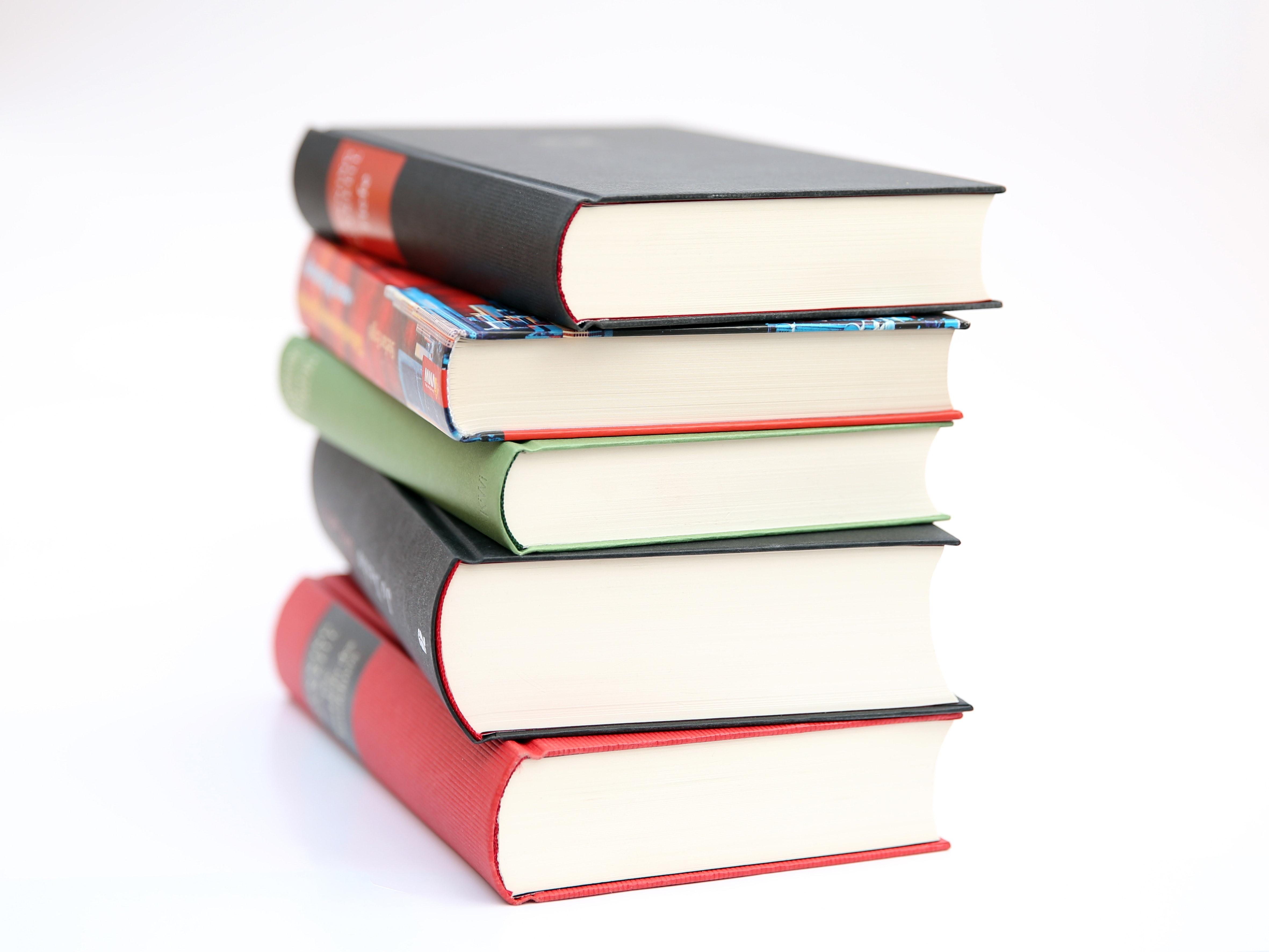 stapel boeken op witte achtergrond